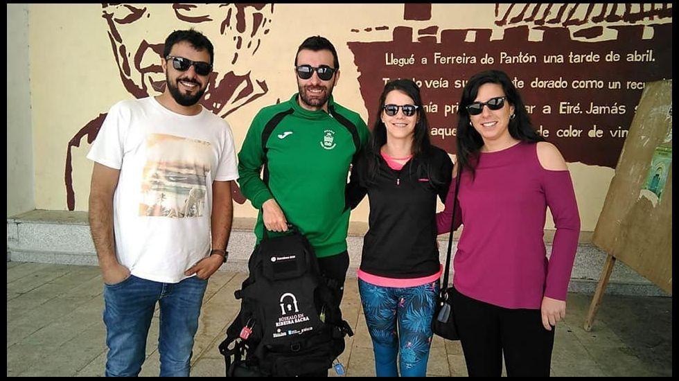 Uno de los primeros grupos que participaron en el juego de escape del consorcio turístico tras haber recibido la mochila que se necesita para participar en esta actividad ante el edificio sociocultural de Ferreira de Pantón