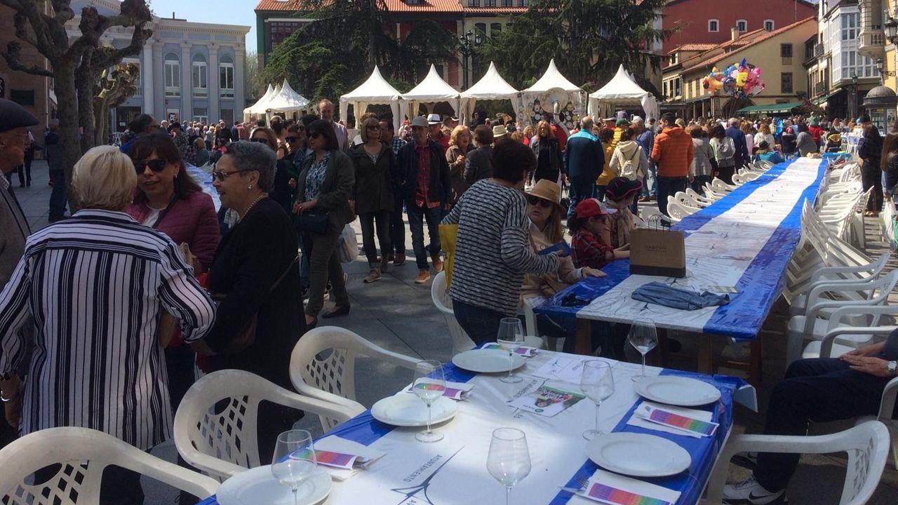 La multitudinaria Comida en la Calle de Avilés, en imágenes