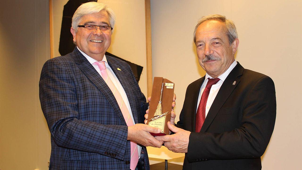 Fábrica de Armas Fábrica de La Vega.El alcalde Wenceslao López recibe la Escoba de Platino