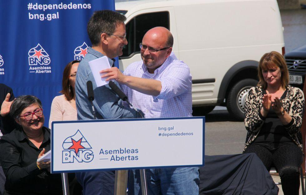 Políticos á feira en Santiago.Xavier Vence y Adolfo Muíños, en un momento del acto celebrado en el paseo de A Ribeira.