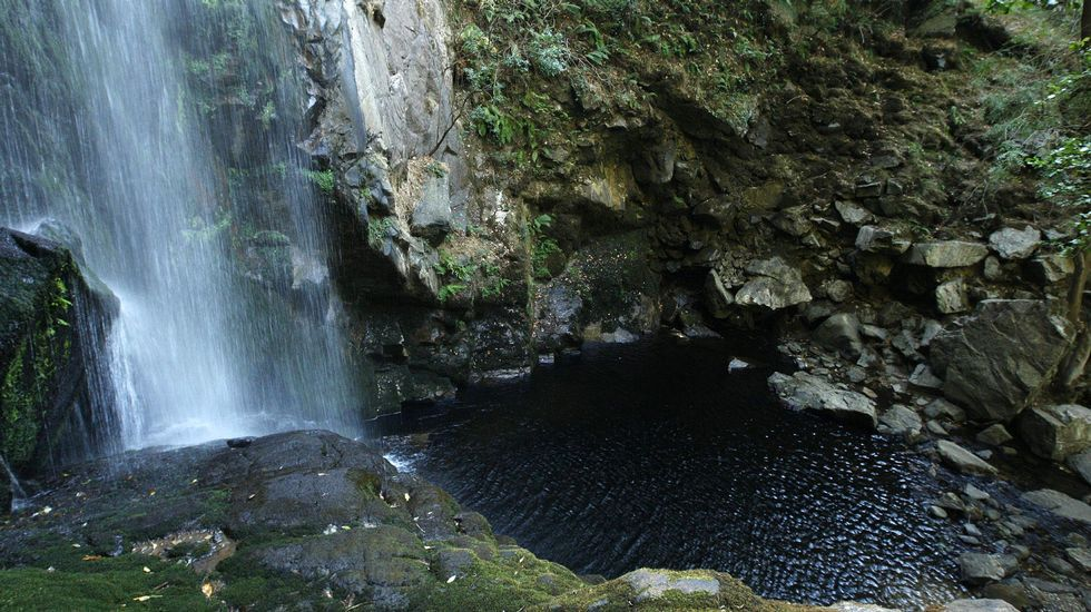 Laguna al pie de la cascada de Augacaída