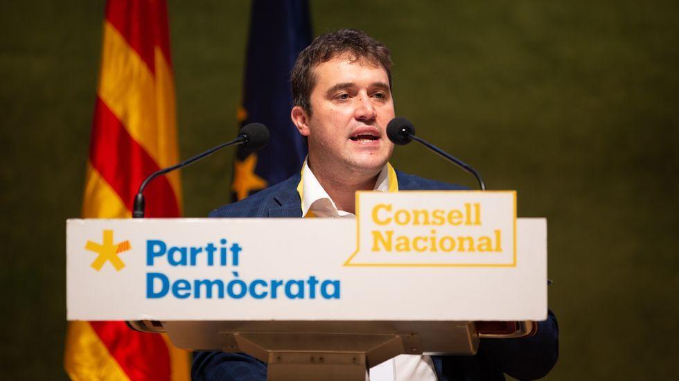 Imagen del edificio de la presidencia de la Generalitat, de cuyo balcón cuelgan símbolos partidistas
