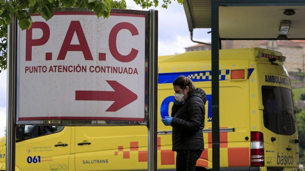 Una mujer con mascarilla junto a la puerta del servicio de urgencias del hospital de Monforte