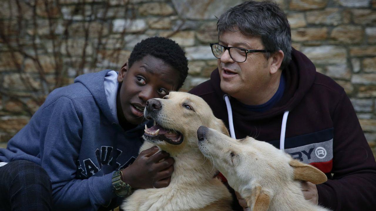 Fusco, un perro de cine, con parte de su familia, Ernest y el educador canino Octavio Villazala