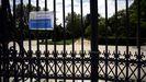 Cartel advirtiendo del cierre en una de las entradas del Parque del Retiro