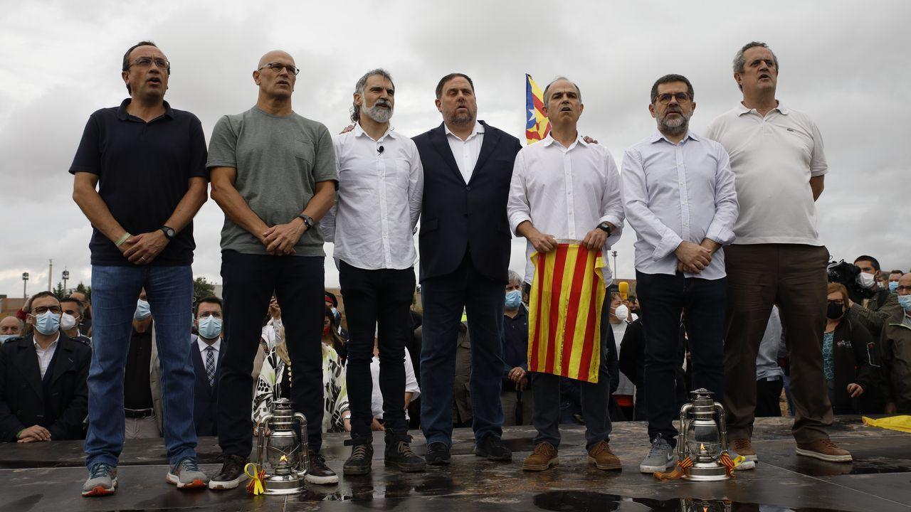 Josep Rull, Jordi Cuixart, Oriol Junqueras, Jordi Turull, Jordi Sànchez y Joaquim Forn posan tras salir de la prisión de Lledoners.