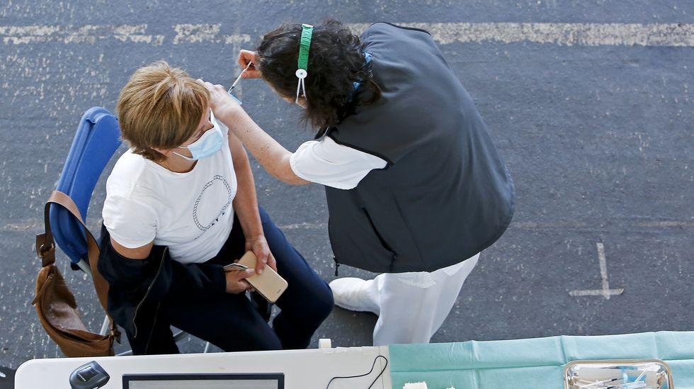Una mujer, vacunándose en el Gaiás