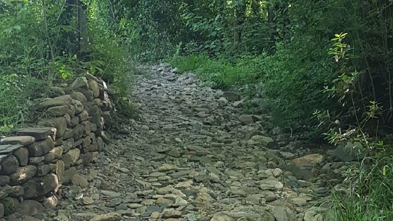 Un tramo del camino, que quedó cubierto de piedras a causa de una crecida del río Quiroga