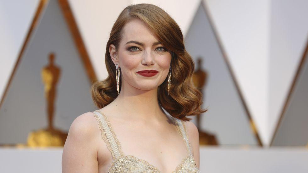 Emma Stone escogió un Givenchy Haute Couture en dorado, con tirantes, escote corazón y volantes de flecos de lentejuela