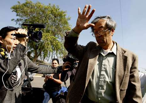 Nakamoto huye de los periodistas al salir de casa.