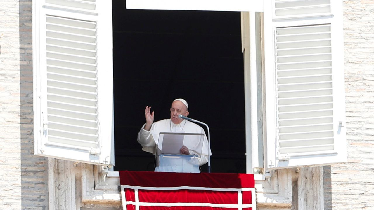 El papa, durante el rezo del Regina Coeli desde su ventana hacia la plaza de San Pedro