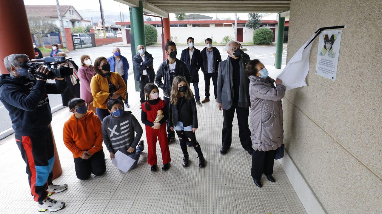 A nai de Xela Arias descubre a placa conmemorativa que lembra o paso da poeta sendo nena polo colexio de Sárdoma