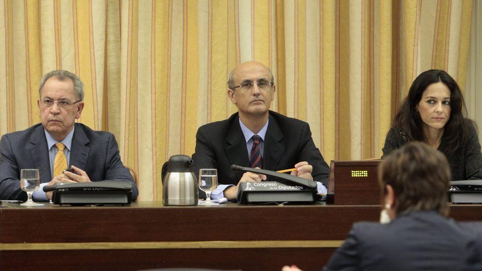 «Esta enquisa motívanos para acadar a maioría en Galicia».Celso Delgado, en el centro, en la comisión de Fomento