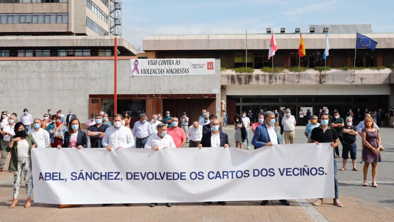 Imagen de la protesta de los alcaldes gallegos del PP, esta mañana en Vigo