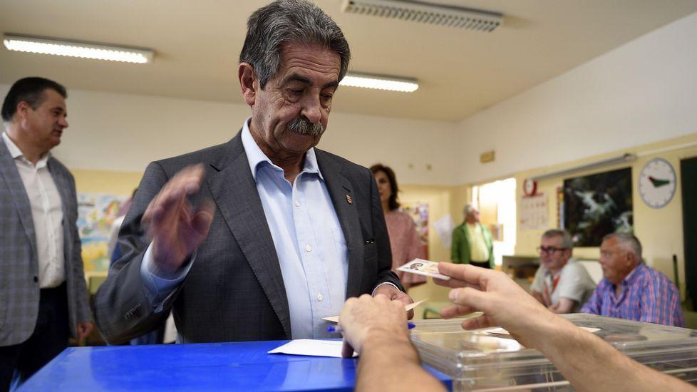 El presidente de Cantabria, Miguel Ángel Revilla, deposita su voto en el colegio Fernando de los Ríos, en El Astillero (Cantabria)