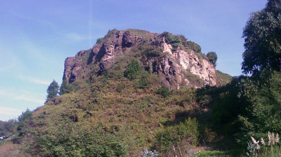Una «joya arqueológica» del Neolítico en la campa de L'Españal.El peñón de Raíces, donde su ubicaba el castillo de Gauzón