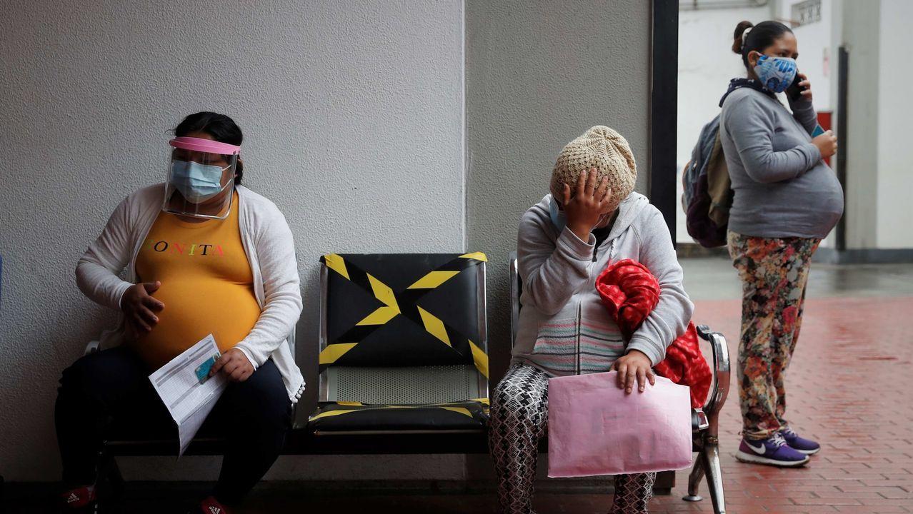 Tres mujeres embarazadas esperan ser atendidas el 27 de julio de 2020, en Instituto Nacional Materno Perinatal de Lima, Perú