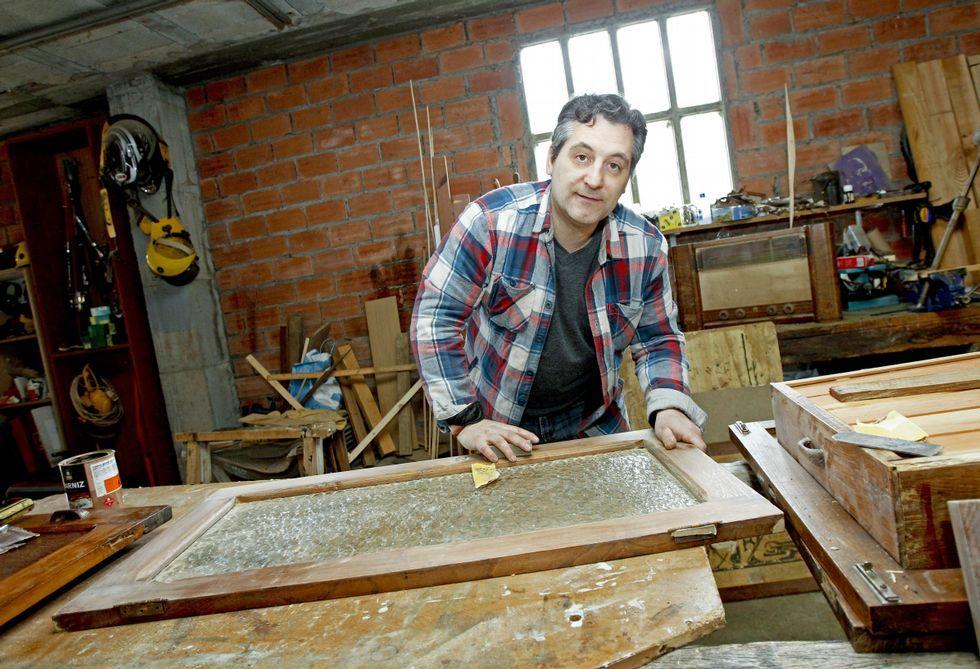 Una san bernardo de campeonato.En su taller de Arzúa Juan López restaura piezas antiguas pero también crea muebles modernos.