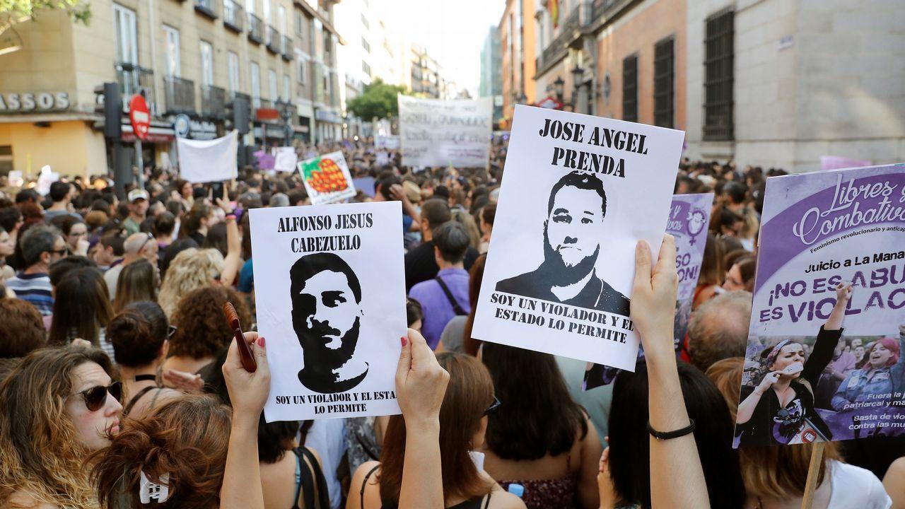 Multitudinaria respuesta en las calles a la libertad de La Manada.Alfonso Jesús Cabezuelo, uno de los miembros de la Manada, a su llegada el juzgado de guardia de Sevilla