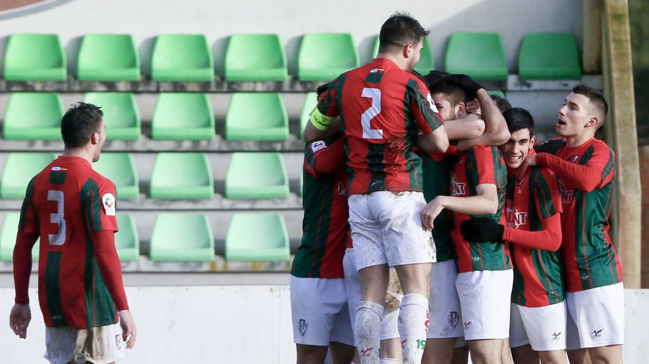Los jugadores del Racing Vilalbés se abrazan tras un gol