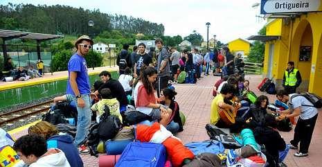 Multitud de jóvenes a la espera del tren a Ortigueira.