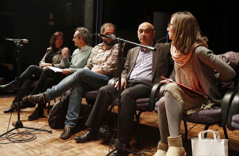 El portavoz del PSOE, Agustín Fernández, fue crítico con la escenografía del pleno, sin mesas.