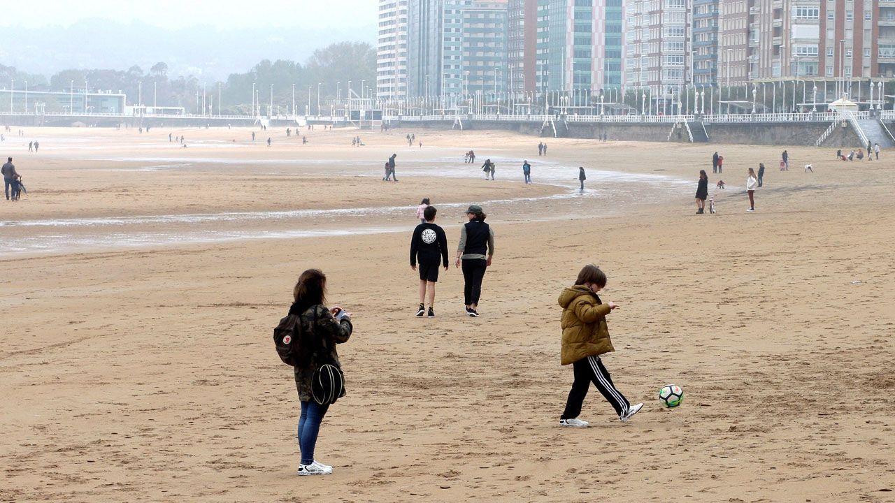 Niños jugando en la playa de San Lorenzo, en Gijón