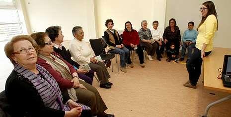 La técnica de la Cruz Roja Ana Veira imparte las sesiones del proyecto Abuelos Educadores.