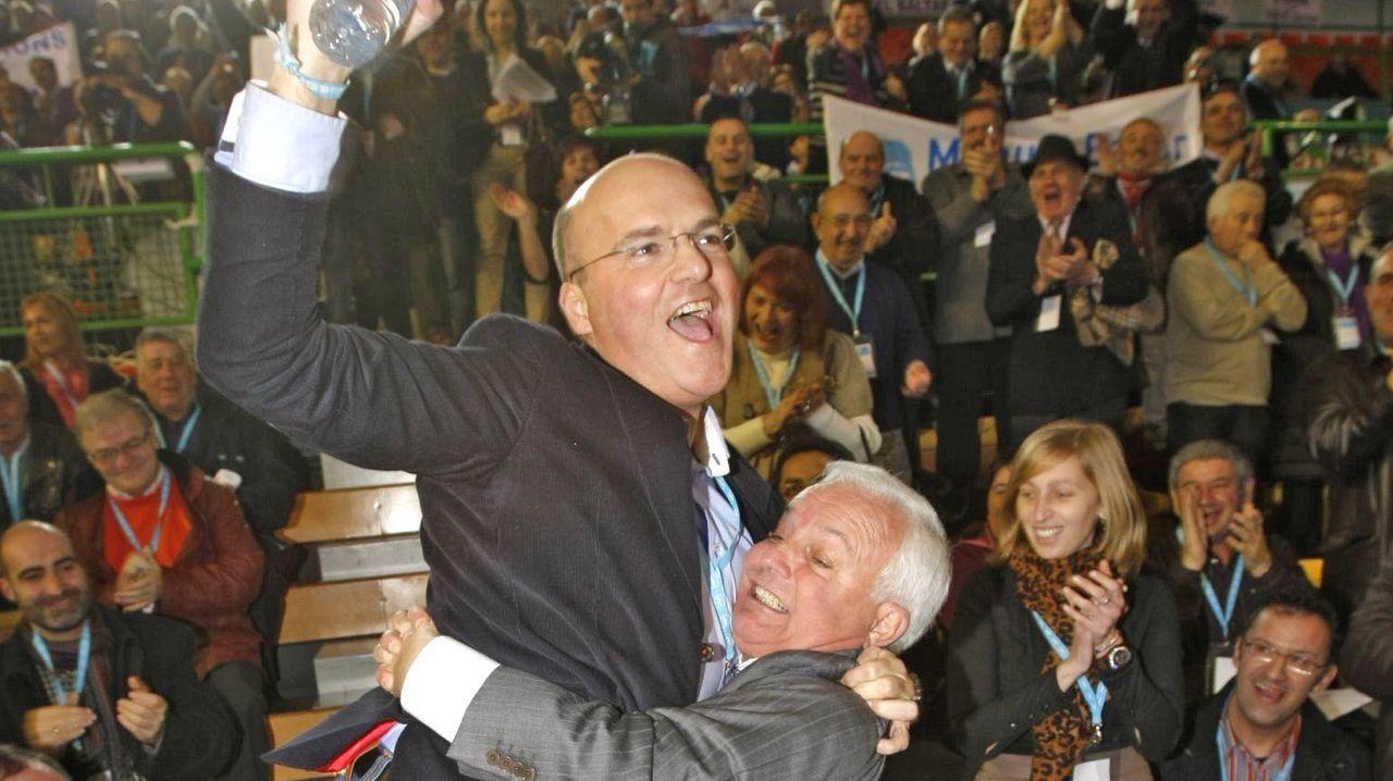 Una nueva edición de Xantar abre sus puertas.José Luis Baltar sosteniendo a su hijo al final de aquel bronco congreso
