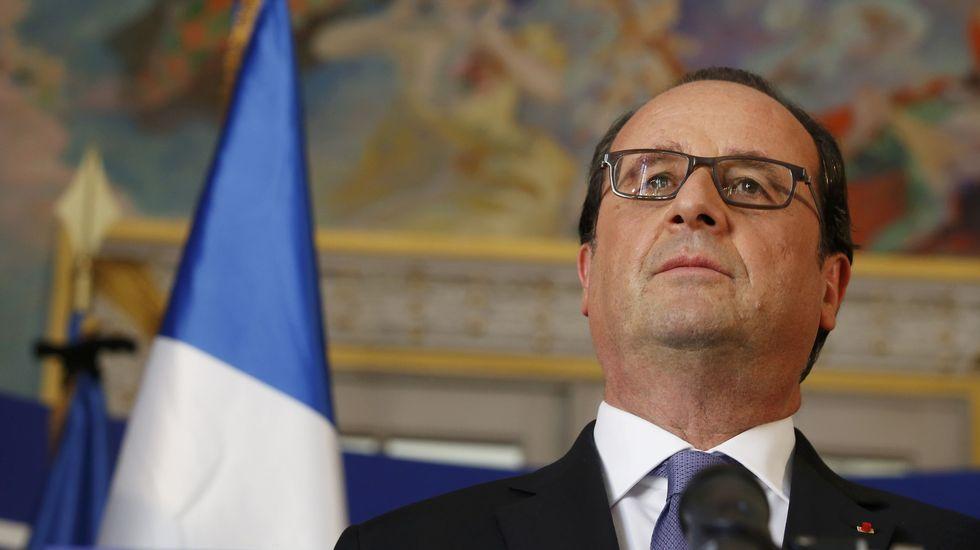 ¿Por qué nada es capaz de detener a un camión?.El presidente Fraçois Hollande (derecha) y el ministro de Interior francés, Bernard Cazaneuve (izquierda) en el minuto de silencio celebrado en París por las vícitmas de Niza