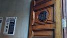 Escudo republicano en una de las puertas exteriores de la Jefatura de Policía de Oviedo, que era la sede del gobernador de Asturias cuando estalló la Guerra Civil