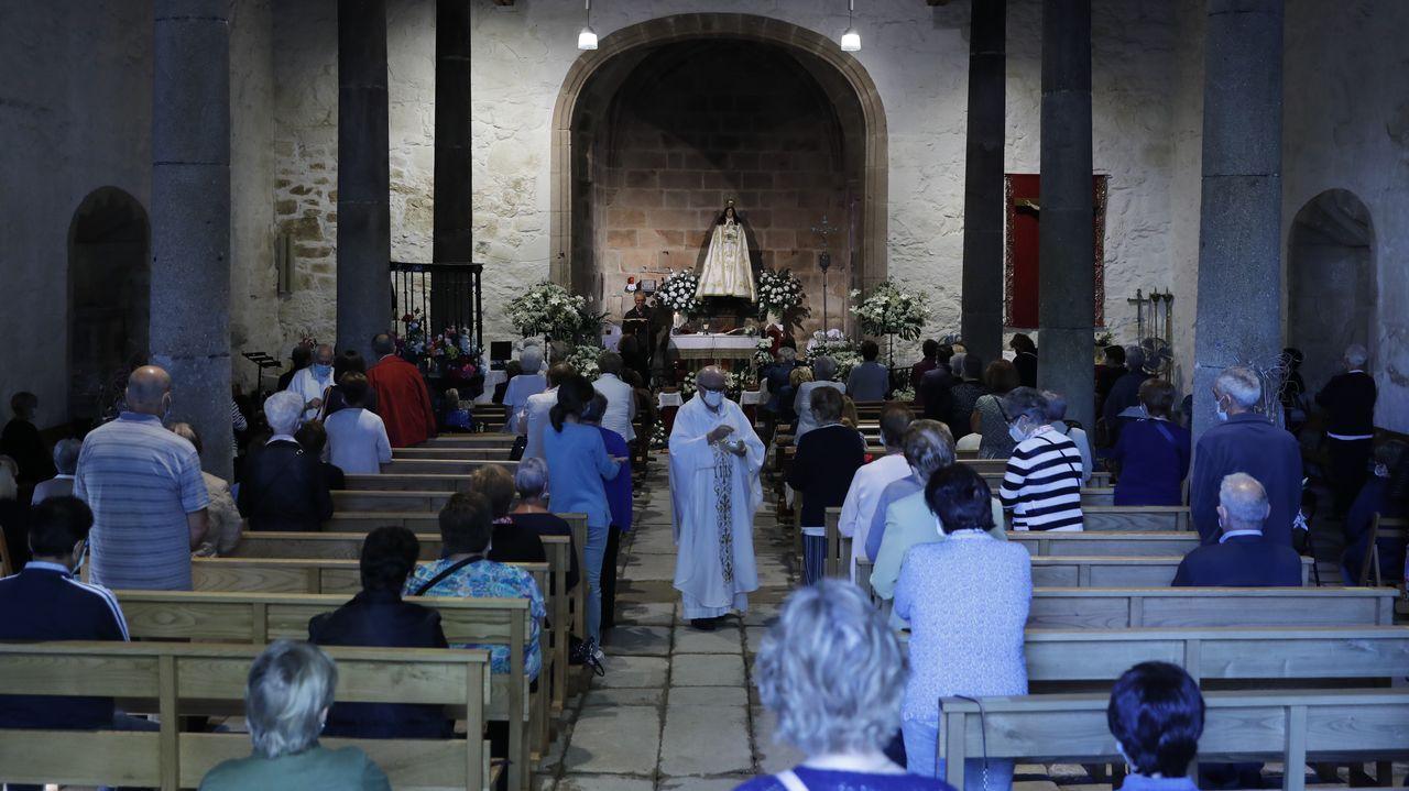 Las medidas de prevencion por el covid también estuvieron presentes este 8 de septiembre en la capilla de Os Remedios