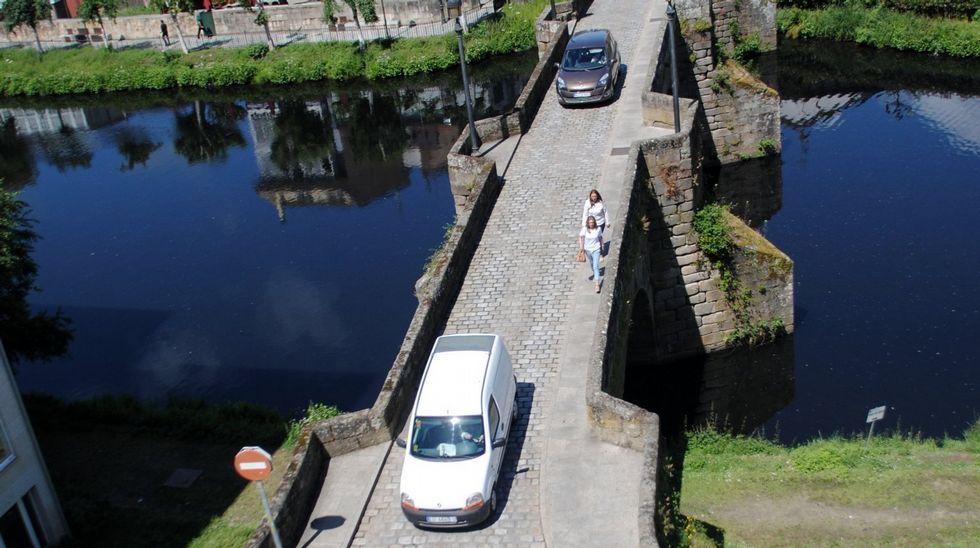 Leve el conductor de una hormigonera tras volcar en Samos.Javier Rodríguez Medela, Alberto Núñez Feijoo y Manuel Varela, en el mitin de Chantada