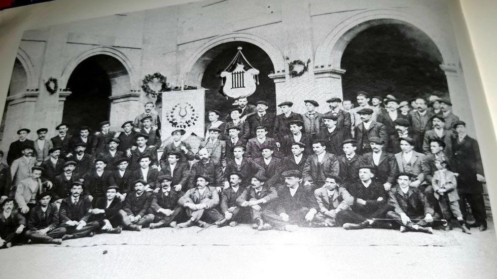 El Orfeón Iris en el claustro del Colegio del Cardenal en 1905, el año de su fundación