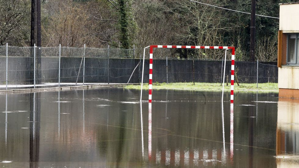 Colegio de Portodemouro (Val do Dubra), cerrado por posible desbordamiento del río Dubra.