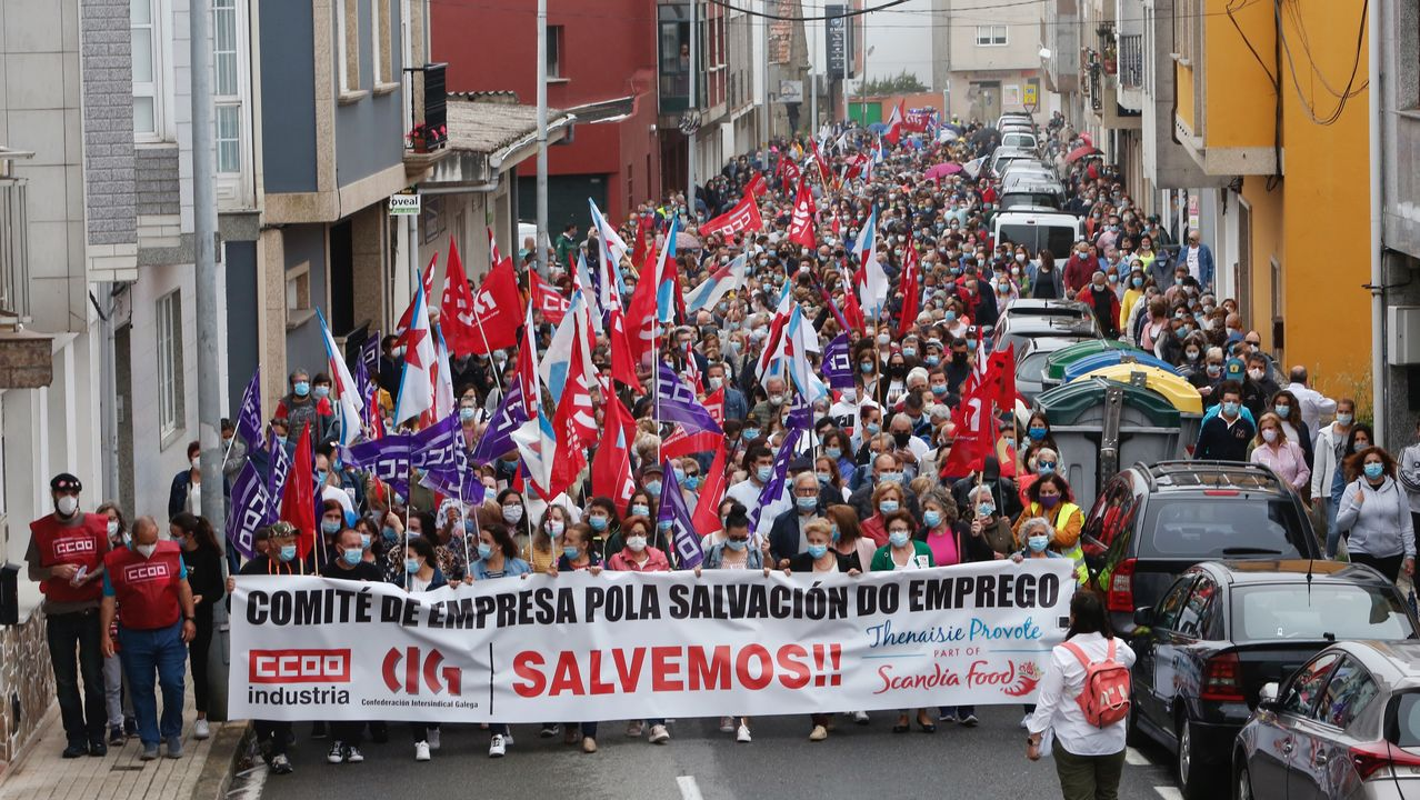Multitudinaria manifestación por las calles de O Grove para reclamar una solución para Thenaisie Provoté.Un hombre pasea en las inmediaciones del Hospital Universitario Central de Asturias