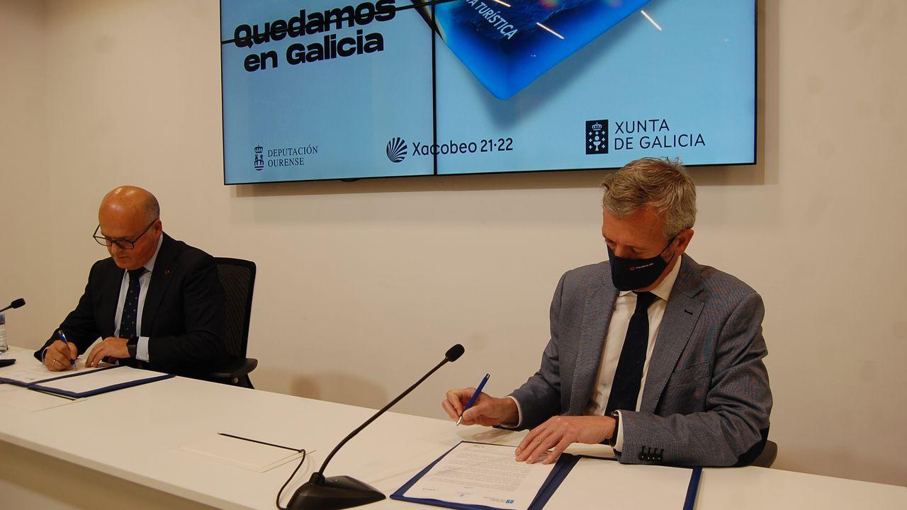Firma del convenio del bono turístico entre José Manuel Baltar, presidente de la Diputación, y Alfonso Rueda, vicepresidente de la Xunta