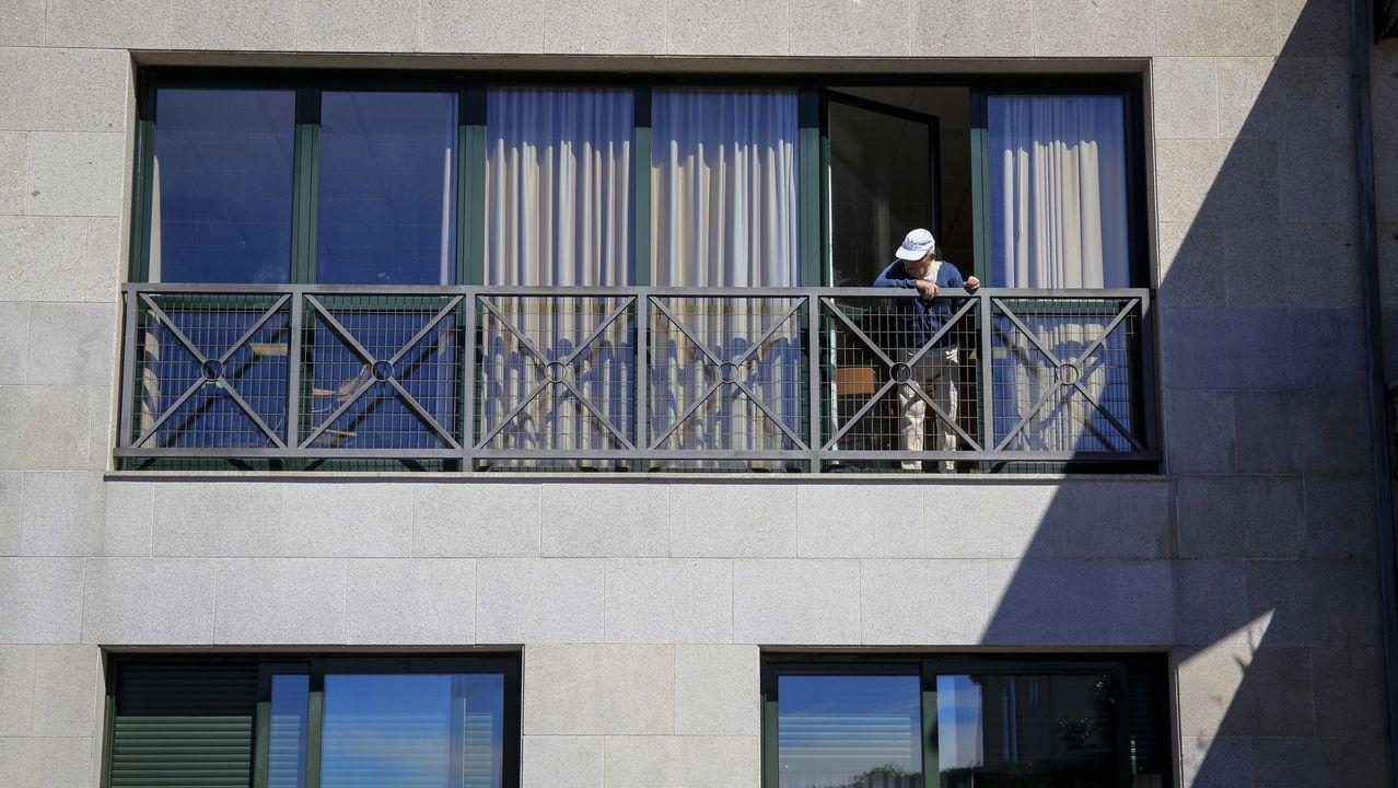 Uno de los usuarios de la residencia de O Incio, fotografiado este martes en la ventana del piso en el que están los no contagiados