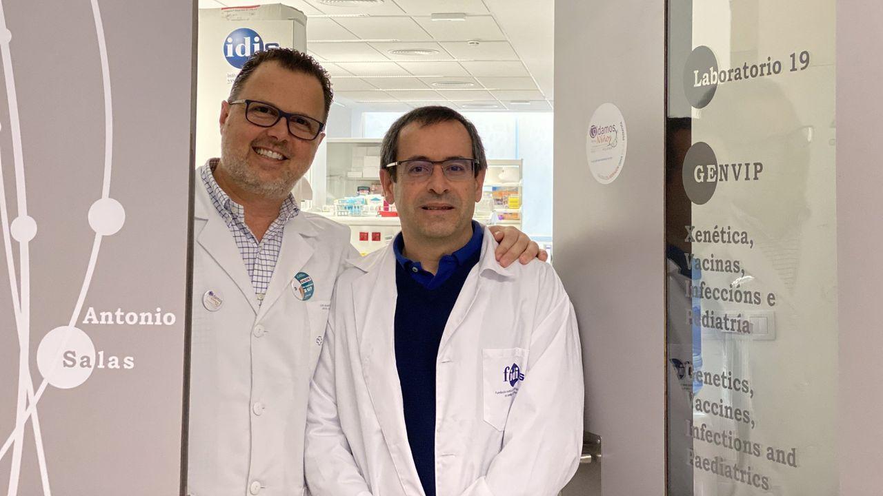 El jefe de Pediatría del Chus, Federico Martinón Torres,  en la izquierda, es el director del grupo de investigación en genética, vacunas, enfermedades infecciosas y pediatría GENVIP. A su lado, el genetista Antonio Salas, profesor en la Facultade de Medicina de la Universidade de Santiago (USC) e investigador en el Instituto de Investigaciones Sanitarias (IDIS)