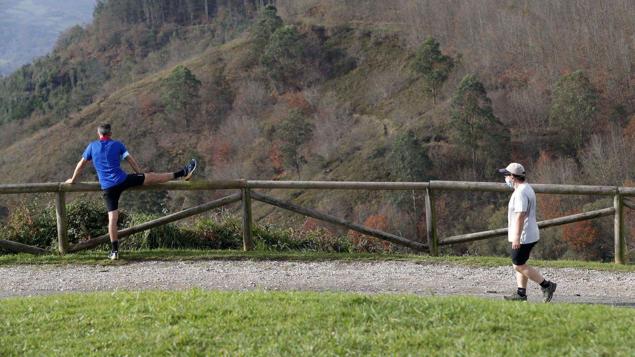 Dos personas hacen deporte en la cumbre del monte Naranco, en Oviedo