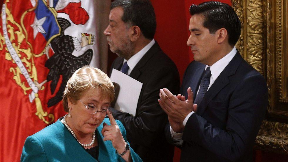 Los estudiantes irrumpen en el Palacio de La Moneda.La presidenta Michelle Bachelet pasa junto al ex ministro del Interior Rodrigo Peñalillo (dcha.) y el subsecretario de Relaciones, Mahmoud Aleuy (centro)
