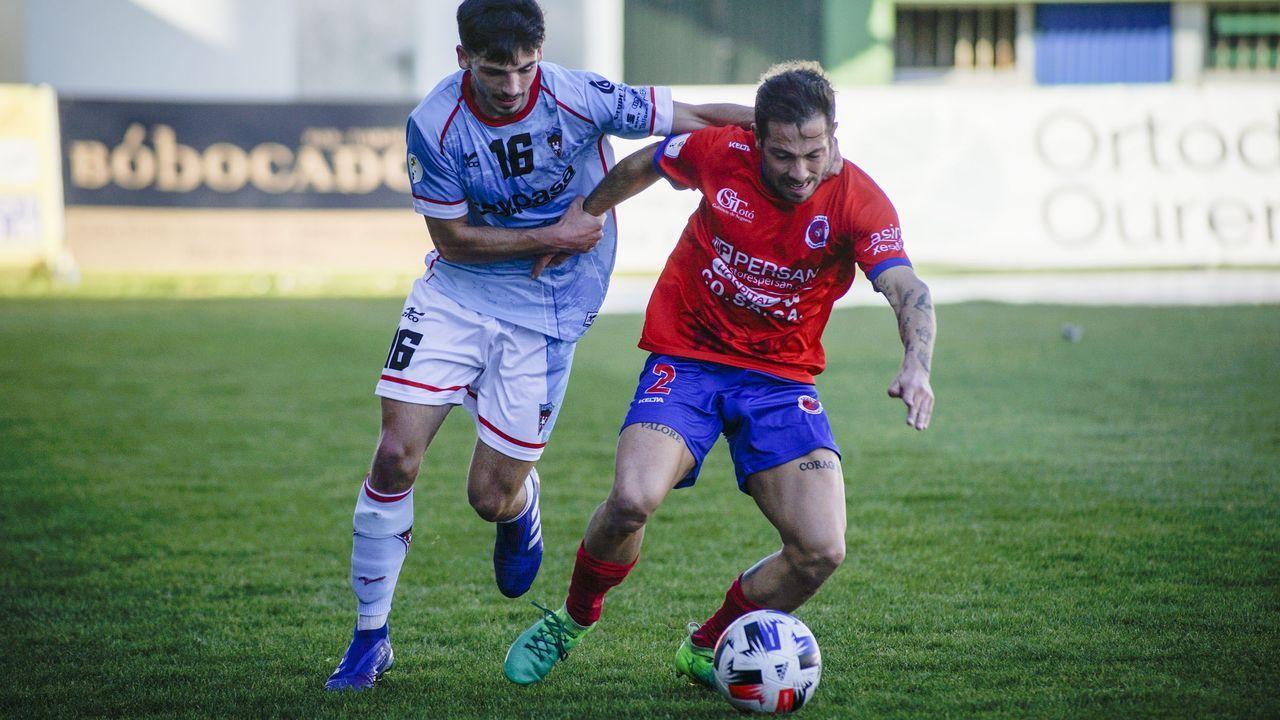 Varo, jugador de la UD Ourense, en una jugada del partido contra el Atios