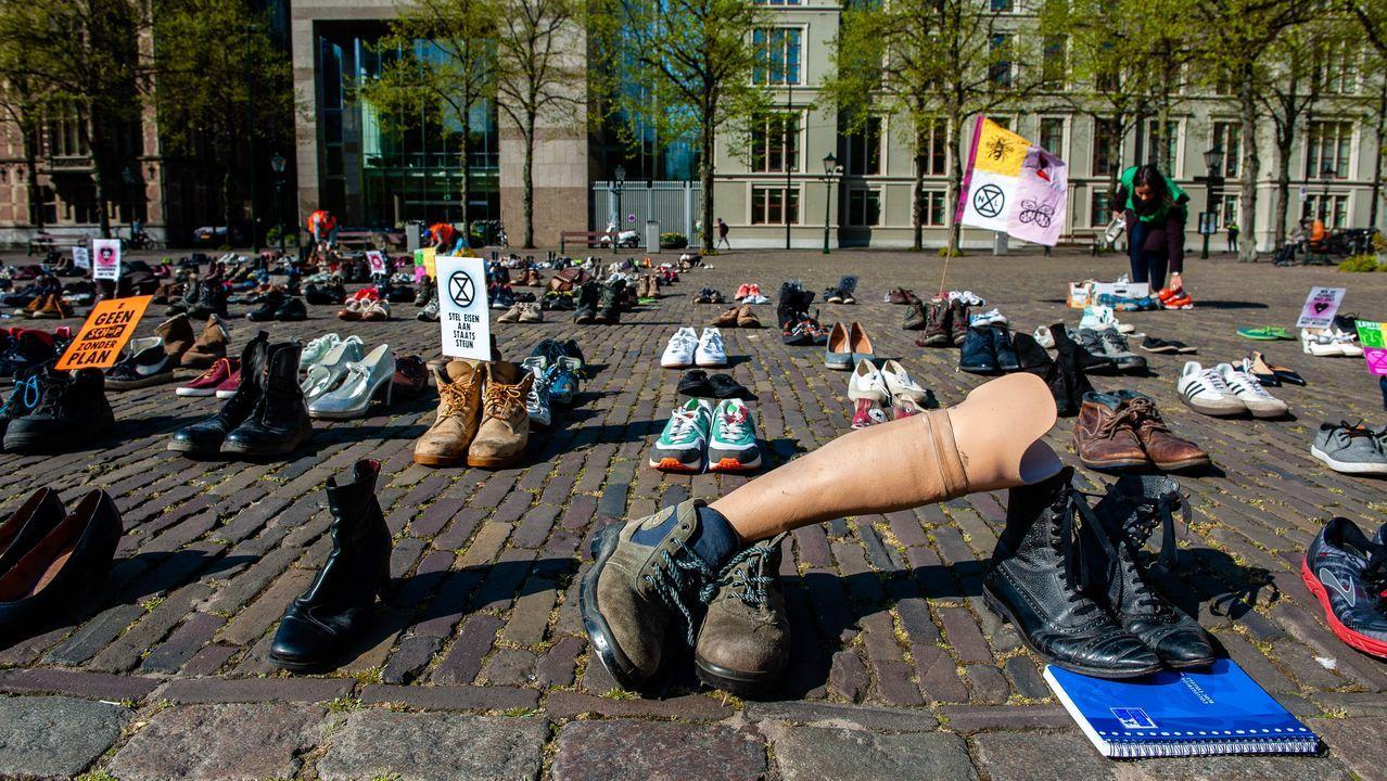 Los activistas se las ingenian para llevar a cabo una acción reivindicativa en favor de la lucha contra el cambio climático en La Haya