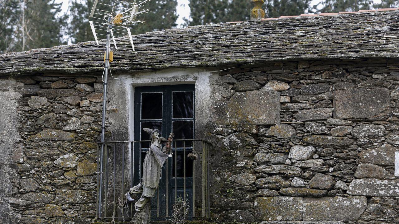 Bruja colgada en el balcón de una tienda de la aldea de Moutras