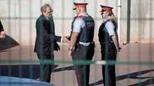 Torra saluda a unos mossos al salir de la cárcel de Lledoners de visitar a los políticos presos