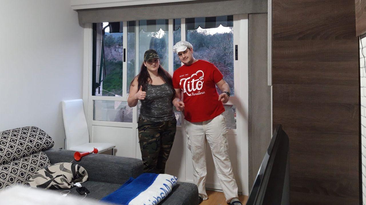 Isabel Álvarez y Cristian Outomuro, disfrrazados en su casa en A Valenzá