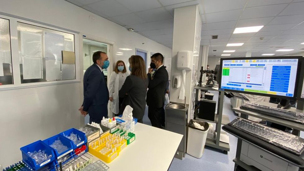 El conselleiro de Sanidade, Julio García Comesaña, en su visita al Hospital Comarcal de Valdeorras