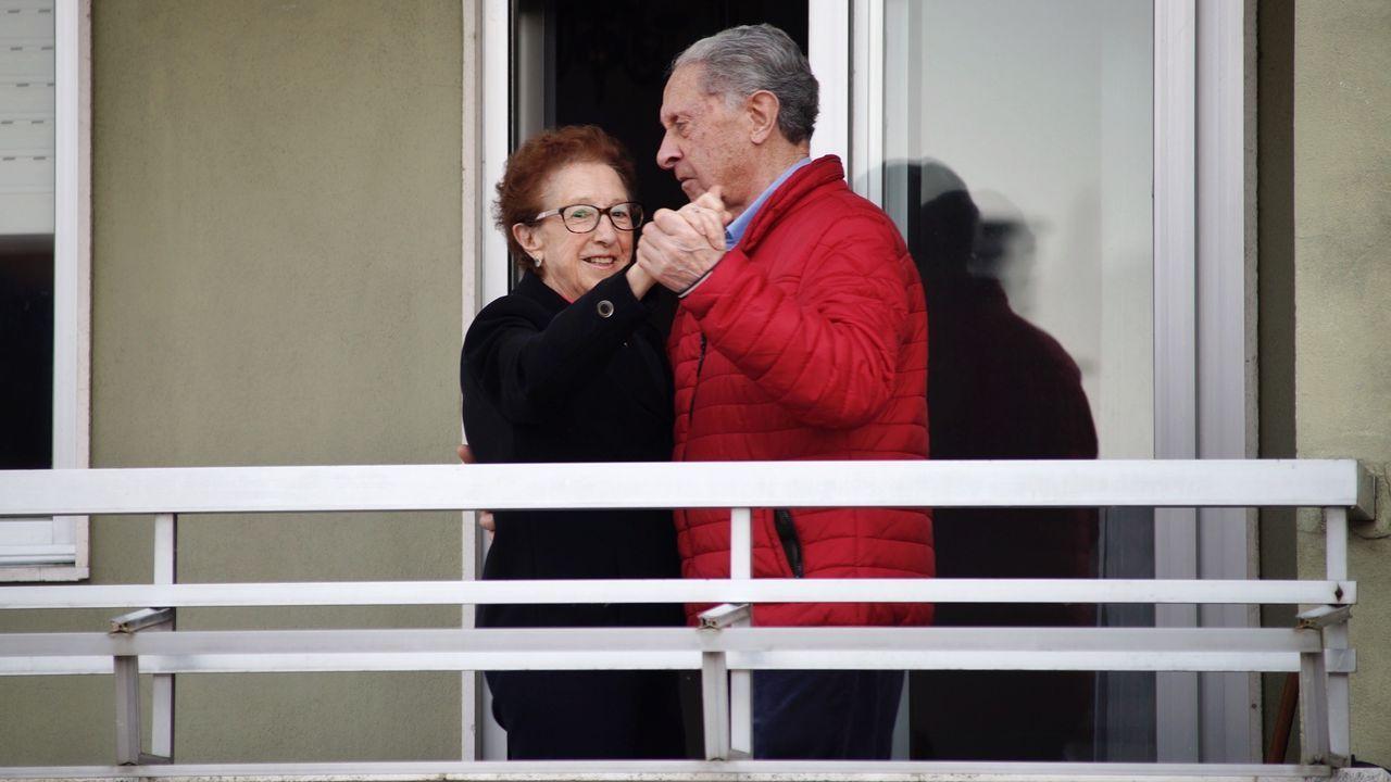 Teresa Fernández y Manuel Crespo no pierden las ganas de bailar ni en el confinamiento.Maria, a la entrada de su casa, soplando las velas acompañada de su hija