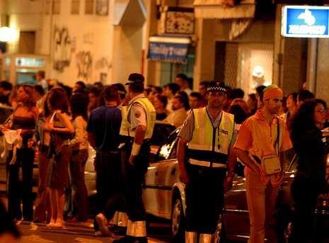 Imagen de archivo en la que se aprecia el ambiente nocturno de Boiro coincidiendo con las fiestas de verano del año 2003.