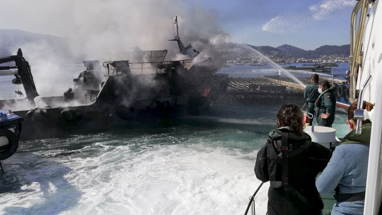 Las playas de bandera azul de la ría de Pontevedra 2021.La extinción del incendio que causó cuantiosos daños en el Con Negro, desde el patrullero de la Guardia Civil del Mar